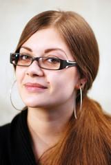Junge Frau mit moderner Brille