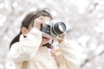 カメラを持って撮影する女の子