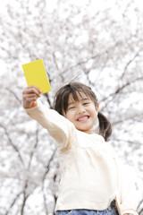 イエローカードを持つ女の子