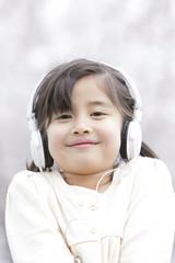 ヘッドフォンをする女の子