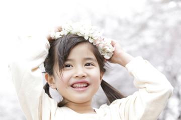 花の冠をつける笑顔の女の子