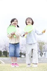 ラケットを持つ男の子と女の子