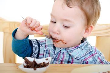 kleiner Junge isst Nougatcreme