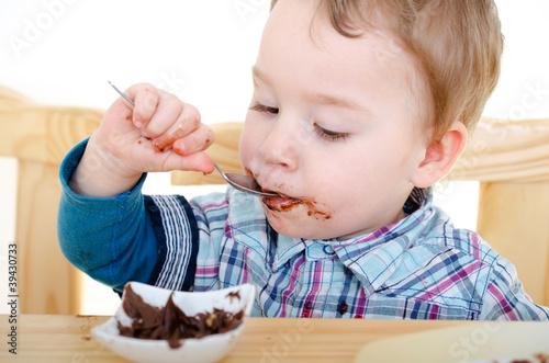 kleiner Junge isst Nougatcreme - 39430733