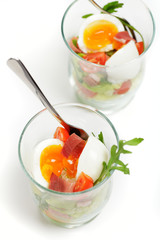 Weich gekochtes Ei im Glas mit Schinken und Salat