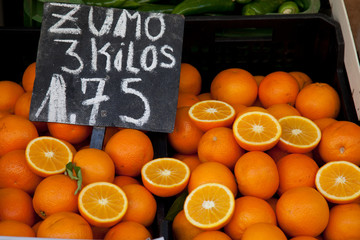Oranges in a market with price tag in euros.