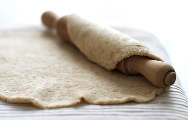 Pasta integrale con mattarello su tovaglia bianca