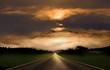 Landstraße bei Sonnenuntergang