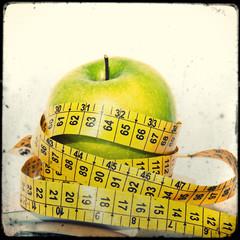 Mela verde, bilancia e metro, dieta, salute, alimentazione