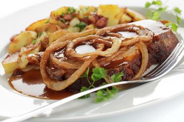 Spießbraten mit Schmorzwiebeln, Bratkartoffeln