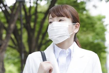 マスクをつけて外出するビジネスウーマン