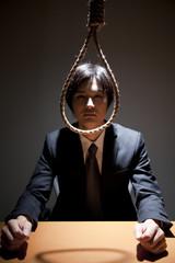 首吊り自殺を図る男性