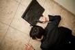 廊下で倒れるビジネスマン