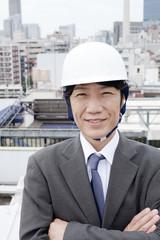 ヘルメットを被って微笑むビジネスマン