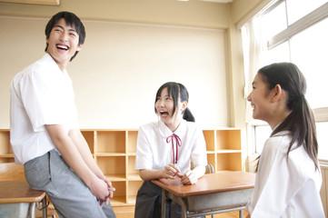 談笑する中学生3人