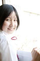 微笑む女子中学生