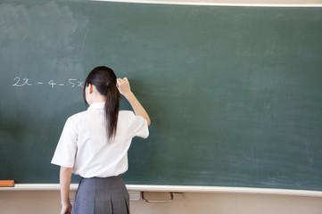 問題を解く女子中学生の後姿