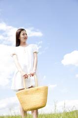 バッグをもって微笑む女性