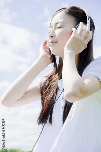 ヘッドフォンをして微笑む女性