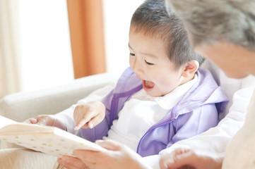 祖母に絵本を読んでもらう孫息子