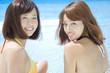 笑顔で振り返る水着姿の女性2人
