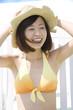 帽子を被る水着女性