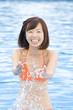 水遊びをする水着女性