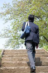 階段をのぼる男子高校生の後姿