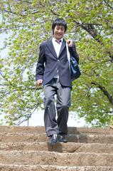 階段を下りる男子高校生