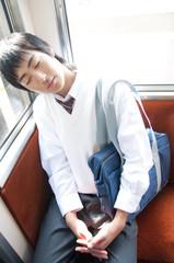 電車内で寝る男子高校生