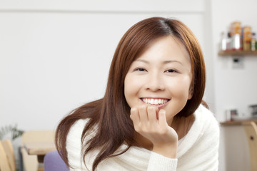 イスに座って微笑む女性