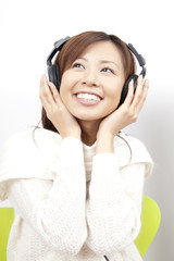 ヘッドホンで音楽を聞く女性
