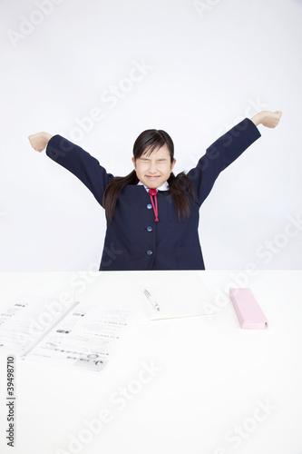 のびをする女子中学生