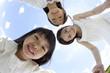 輪になって微笑む女の子2人と若い女性