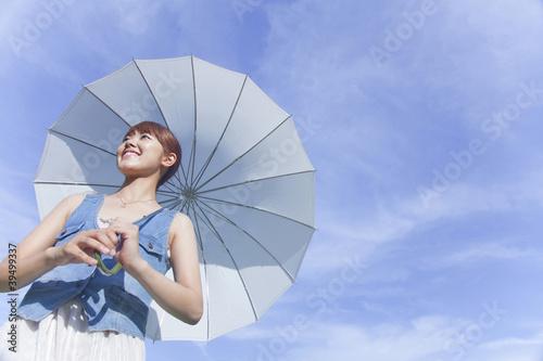 日傘をさして歩く女性