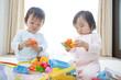 玩具で遊ぶ子供