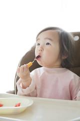 スイカを食べる女の子
