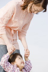 母親と遊んでいる小学生の女の子