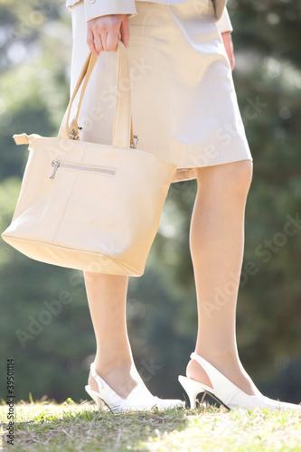 スーツを着た女性の足元