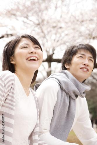 花見をするカップル