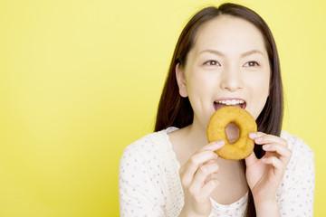 ドーナツを食べようとしている女性