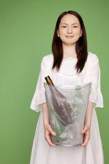 ゴミ箱を持つ女性