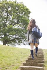 階段を登る女子高生の後姿