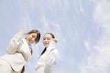 ガッツポーズをする2人の女性