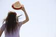 帽子を取っている女性の後ろ姿