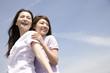 ふざけ合いながら笑っている2人の女性