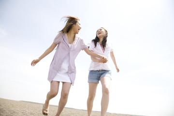 砂浜を走る女性