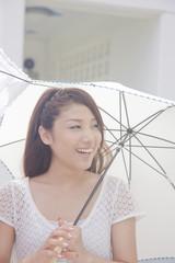 日傘を差して歩く女性