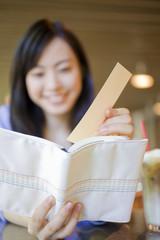 本にしおりを挟む女性