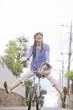 自転車に乗って坂を下る女性
